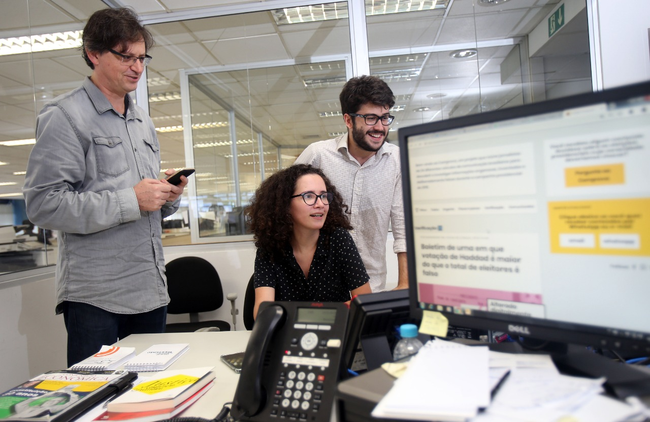 Alessandra with some of her colleagues at Estadão during the Comprova project in 2018